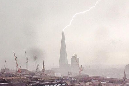 edificio shard rayo londres tormenta