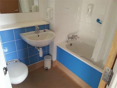 premier inn habitacion aseo lavabo banera londres