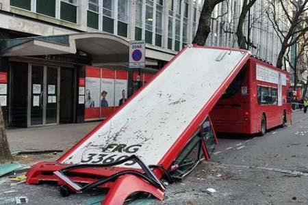 autobus techo londres accidente arbol